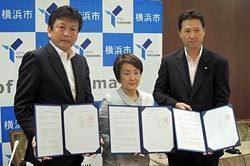 調印式後の(左から)東電EPの小早川社長、横浜市の林市長、東芝の丸山事業部長