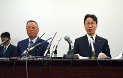 会見する関電の岩根社長(右)と岩谷産業の牧野会長兼CEO(27日、関西電力本店)
