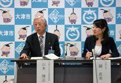 会見で部分民営化を行う方針を表明した越市長(右)と山本公営企業管理者