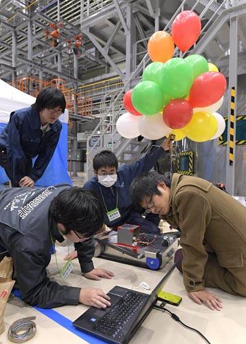 ◇アイデアの多様性/廃炉という未知な部分を多く含む課題にチャレンジする中で、ユニークなアイデアがいくつも生まれた。写真の函館高専チームは風船とカメラで構成される「気球ロボット」と、陸上を走行するロボットの組み合わせで競技に挑んだ