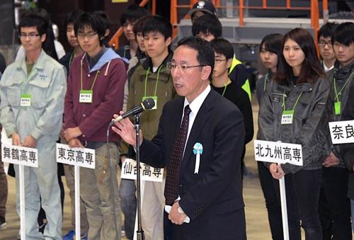 ◇期待を抱き/閉会式であいさつする東京電力ホールディングス(HD)の増田尚宏常務執行役・福島第一廃炉推進カンパニー・プレジデント兼廃炉・汚染水対策最高責任者(CDO)。「現場でうまくいくかどうか、準備段階で見極める力を高めてほしい」と学生にエールを送った