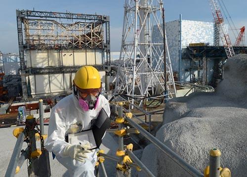 東京電力福島第一原子力発電所事故から間もなく丸6年。17日、電気新聞記者が現場を取材した。高台から見た1号機(写真左)はカバーが外れ建屋上部がむき出しに。隣の2号機は燃料取り出しに向けた準備が進む。敷地の大部分は放射性物質の飛散を防ぐモルタル(同右手前)で覆われ、がれきの散乱もなく整然とした道が続いていた