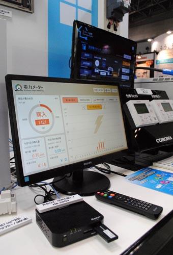 NTT西日本とNTTコムウェアは、HEMS(家庭用エネルギー管理システム)対応のセットトップボックス「光BOX+」(写真左下)の機能拡充を通じて拡販に本腰を入れる。政府が目標を定めて普及を推進するZEH(ゼロ・エネルギー・ハウス)などを受け、「電材商社などからの視線が変化し、以前よりも注目が高まってきた」(NTTコムウェア)ためだ。接続に対応する住宅設備の種類を増やすことなどで、3年後をめどに10万台の導入を目指す方針