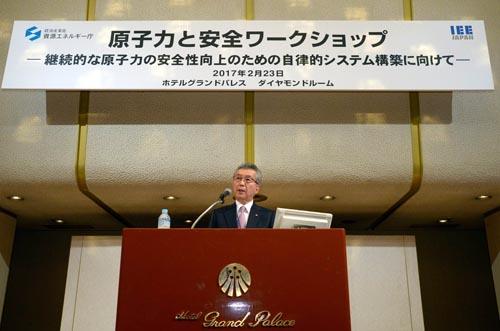 経済産業省・資源エネルギー庁は23日、原子力安全を主題としたワークショップを都内で開いた。原子力発電所の安全性を自律的かつ継続的に向上させる方策を議論。写真は、基調講演する電気事業連合会の勝野哲会長(23日、東京・飯田橋)