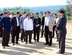 現地を視察したトンルン首相(手前右から2人目)らラオス政府の要人