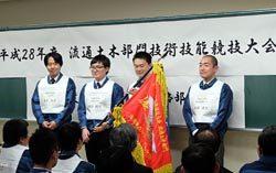 送変電土木と管路両部門の優勝チームに優勝旗が授与された
