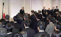 職員に訓示する田中委員長(左奥)