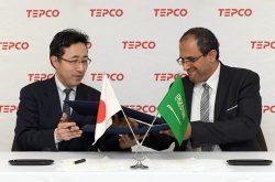 締結書を交わす東電HD経営技術戦略研究所の岡本所長(左)とサウジ電力のムバラク氏(14日、東京・内幸町)