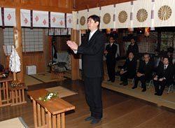 神事で玉串をささげ工事の安全を祈念する赤木所長
