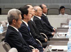 百条委員会に出席した東京ガスの上原氏、岡本会長、広瀬社長、市野氏、伊藤氏(手前から)