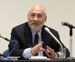 講演終了後の記者会見で炭素税の早期導入を訴えたスティグリッツ教授