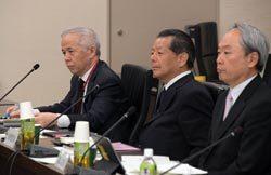 東電委員会にオブザーバーとして出席した廣瀬社長(左)