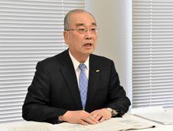 新中期経営計画を発表する久米社長