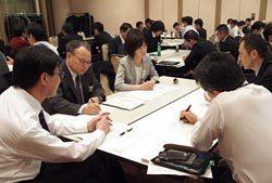 技術・技能継承の取り組みを発表する参加者