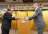 表彰を受ける著者の武川克哉氏(右)
