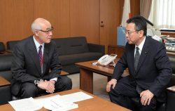 高木経産副大臣(右)に要請ないようを伝える中倉議長(14日、東京・霞ヶ関)