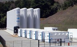 奥のタンクに高圧空気を貯蔵、発電に利用する(静岡・河津町の実証施設)