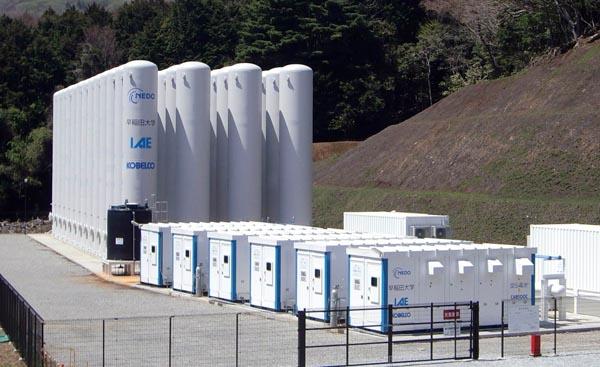 エネルギー総合工学研究所、早稲田大学、新エネルギー・産業技術総合開発機構(NEDO)、神戸製鋼所は20日、圧縮空気エネルギー貯蔵(CAES)システムの実証試験を始めたと発表した。東京電力ホールディングス(HD)の東伊豆風力発電所(静岡県東伊豆町、河津町)に接続し、出力変動の緩和などを2年かけて実証する=写真。圧縮空気と熱で電力を貯蔵するCAESシステムの設置は国内初