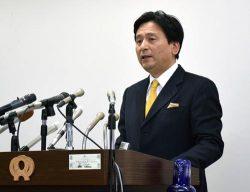 玄海3、4号機の再稼働を容認する考えを表明した山口知事(24日、佐賀県庁)