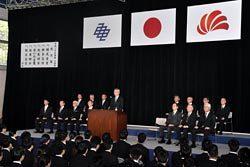 新入社員を前に訓示する中部電力の勝野社長(3日、中部電力人財開発センター)