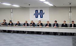 あいさつする久和会長(左から5人目)