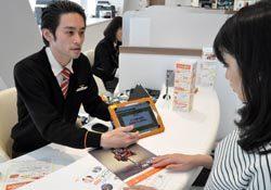 KDDIは携帯ショップで丁寧に説明し、電気の契約数を伸ばしている