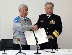 締結式に出席した瓜生社長(左)と佐藤海将