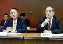 地域社会からの信頼獲得へグループ各社社長の率先垂範を呼び掛ける苅田会長(右、左は清水社長)