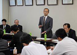 ミーティングでトヨタ生産方式の目的を説明する三石専務執行役員