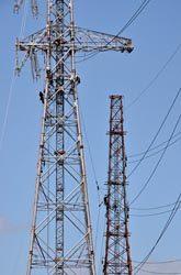 建て替えに伴い旧鉄塔(右)から新鉄塔に送電線が移設された