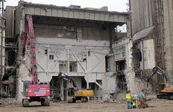 使用済み燃料プール貯蔵建屋の解体作業。2018年中には廃炉作業が終わる見通しだ