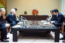 米山知事(右)との会談で免震重要棟問題などを説明する廣瀬社長(左)