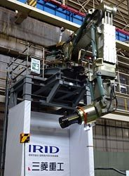 6軸可動のロボットアームを動かし先端を目標物に近づけるデモンストレーションが行われた(25日、三菱重工業神戸造船所)
