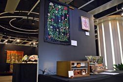「神の手アーティスト」5人の作品が展示されている