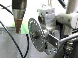 装置はレーザー加工ヘッドとウオータージェットノズルなどで構成される