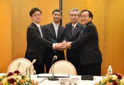 調印式で握手を交わす三村知事、勝野社長、船津会長兼CEO、小野寺市長(右から)