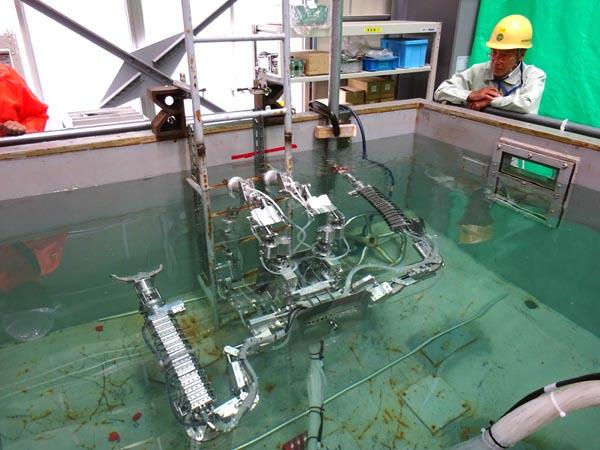 国際廃炉研究開発機構(IRID)組合員の日立GEニュークリア・エナジーは17日に広島市内で、東京電力福島第一原子力発電所の廃炉作業での活用を想定した「筋肉ロボット」を報道陣に公開した=写真。筋肉ロボットは、放射線の影響を受けにくい水圧とバネで動く。格納容器内で障害物を取り払い、溶融燃料(燃料デブリ)を回収するといった作業ができることを目指している。