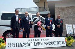記念のキーを受け取る医療福祉グループ代表者(中央)。左端は東北電力の石森常務