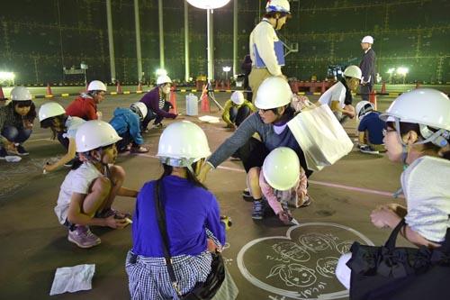 北陸電力はこのほど、建設中の富山新港火力発電所LNG1号機で地元の小学生親子を招いたLNG(液化天然ガス)タンクの見学会を開催した。タンク内部では、参加した親子が床面をキャンバスに将来の夢や未来の自分へのメッセージなどを思い思いに描いた=写真