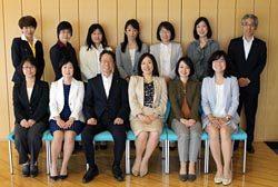 女性管理職11人と懇談した岩根社長(前列左から3人目)