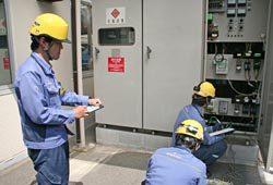 育成班責任者(左)の指導の下、竣工検査を実施する若手技術員