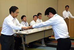 受賞者に賞状を手渡す土井副社長(左)