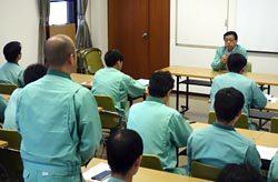 本川電力センターでの懇談会で社員からの質問に答える佐伯社長(右奥)