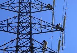独自開発した「パイネシリーズ」を使用した送電鉄塔塗装工事の模様