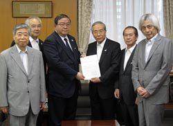 戸谷事務次官(中央左)に提言書を手渡す千葉会長(同右)