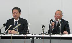 退任会見に臨む木村代表(右)。左は後任の橘田副本部長