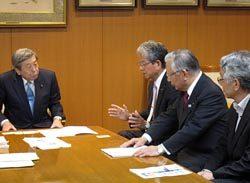 自民・林幹事長代理(左)に検討状況などを説明する里見(左から2人目)、高橋(同3人目)の両代表