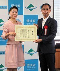 奨励賞を授与される中部電力の石井・環境・立地部部長(右)