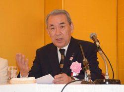 会見で抱負を語る松本新会長