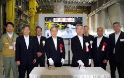 発電式に臨む勝野社長(右から4人目)、東芝の綱川社長(同5人目)ら関係者
